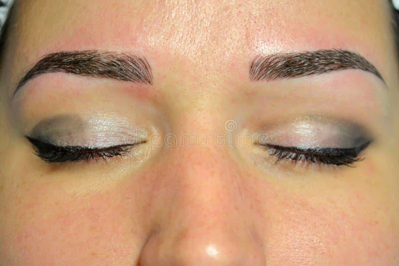 Le résultat de finition de microblading, sourcils foncés, maquillage permanent sur les sourcils photo stock