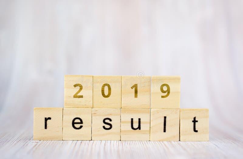 Le résultat et le 2019 de mot sur le bloc en bois de cube concept de 2019 résultats photos stock