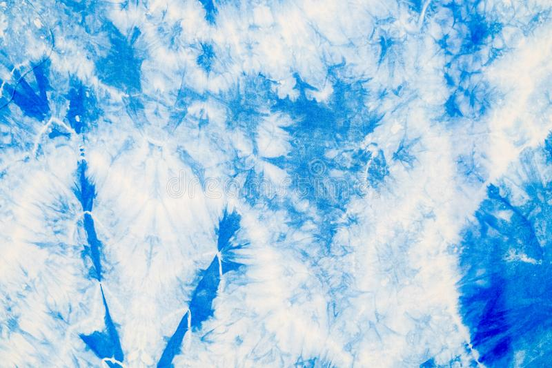 Le résumé du tissu blanc a teint avec l'encre bleue d'indigo pour devenir tissu de batik photos stock