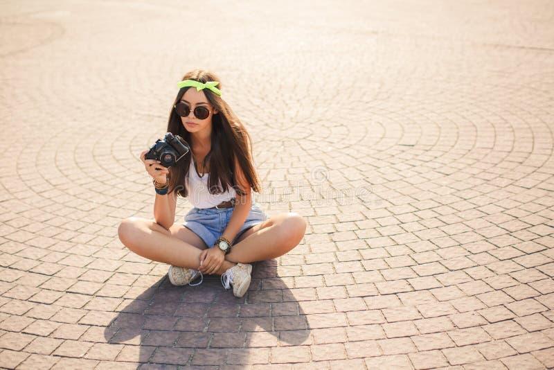 Le rétro appareil-photo tire la fille dans les rues de la ville photographie stock libre de droits