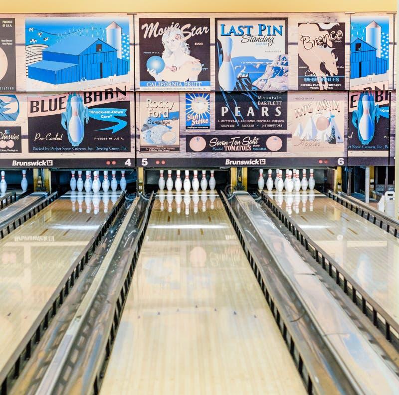 Le rétro bowling de style avec d'autrefois s'ajoute images libres de droits