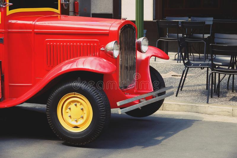 Le rétro camion rouge a reconstitué la vieille fin brillante  photographie stock