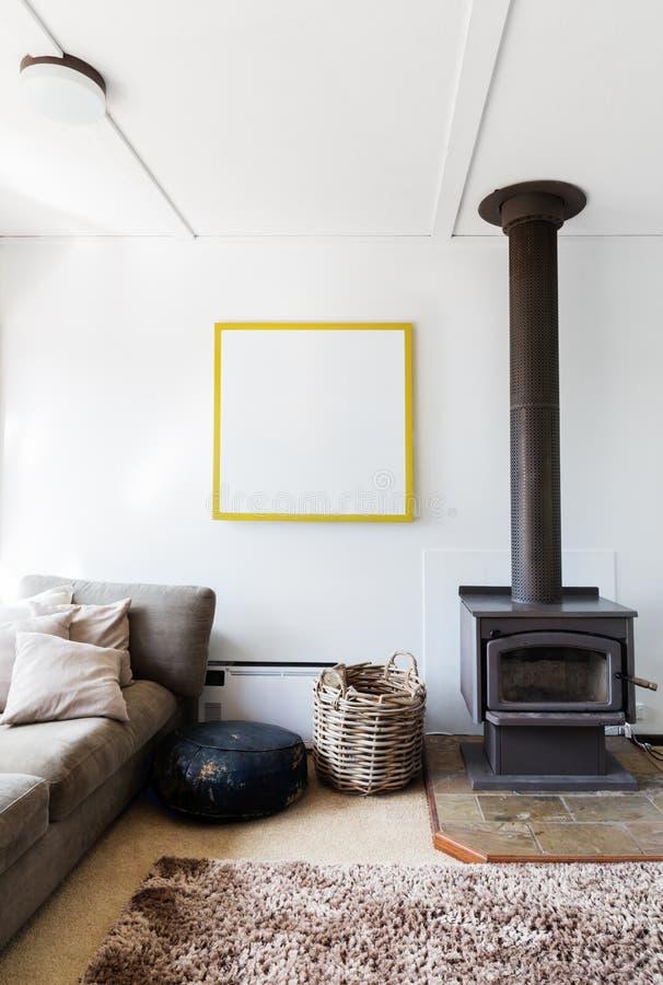 Le rétro détail confortable de salon de l'appareil de chauffage en bois et la tapis à longs poils empilent la couverture photos libres de droits