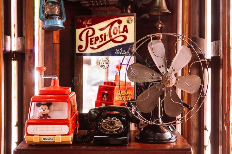 Le rétro fan, les jouets, le téléphone et le kola de vintage boivent le signe image libre de droits