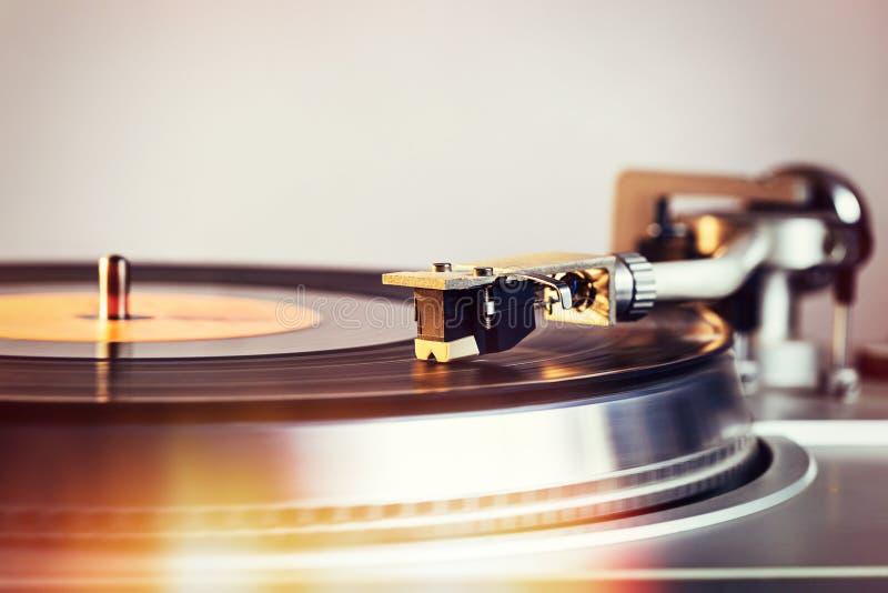 Le rétro joueur de haute fidélité de vinyle est plaque tournante avec une CD audio analogue images libres de droits