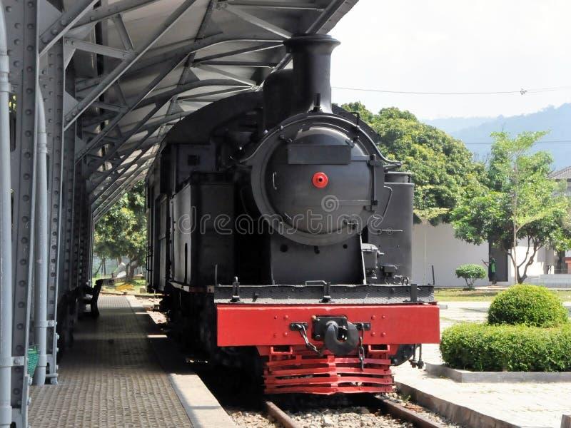 Le rétro train se tient sur la gare ferroviaire image libre de droits