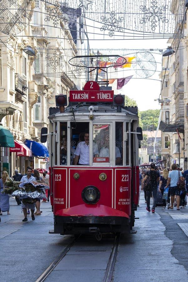 Le rétro tram se déplace le long d'une rue occupée d'Istiklal à Istanbul, Turquie photo libre de droits