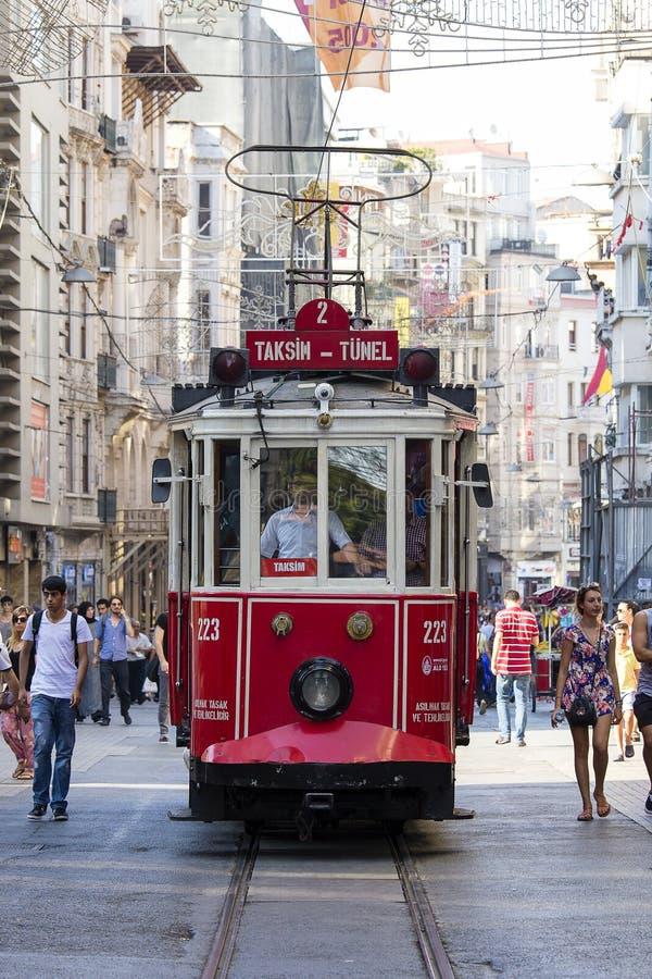 Le rétro tram se déplace le long d'une rue occupée d'Istiklal à Istanbul, Turquie photographie stock