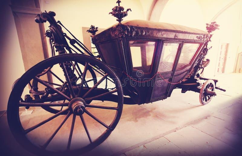 Le rétro vintage a filtré la photo d'un vieux chariot en bois photos stock