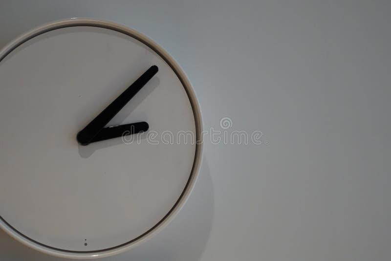Le réveil de plan rapproché pour décorent autour des choses pour la conception de décoration intérieure sur le bureau en bois et  photographie stock libre de droits