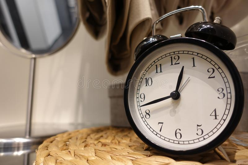Le réveil de plan rapproché pour décorent autour des choses pour la conception de décoration intérieure sur le bureau en bois et  images stock