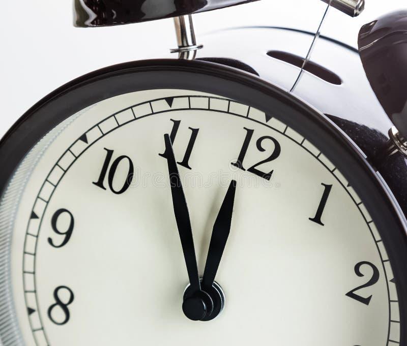 Le réveil montre le midi ou le minuit C'est horloge de ` de douze o, bonne année de vacances joyeuse ou concept de déjeuner image libre de droits