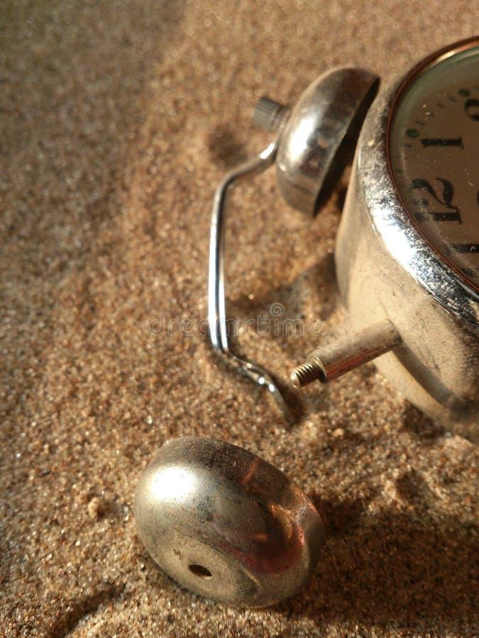 Le réveil sur le sable images libres de droits