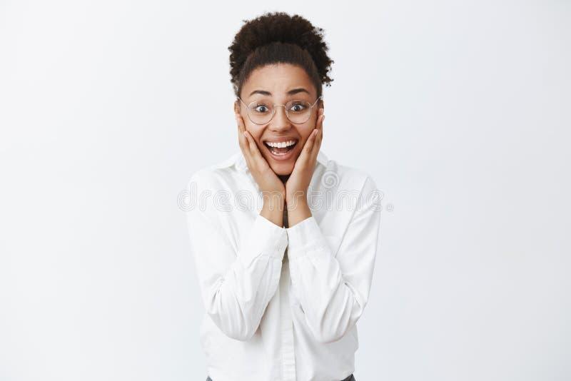 Le rêve viennent vrai Entrepreneur féminin attirant heureux et joyeux étonné dans les verres et la chemise blanche avec la peau f images libres de droits