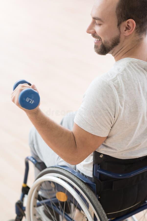 Le rörelsehindrad manutbildning för barn med vikter i idrottshallen fotografering för bildbyråer