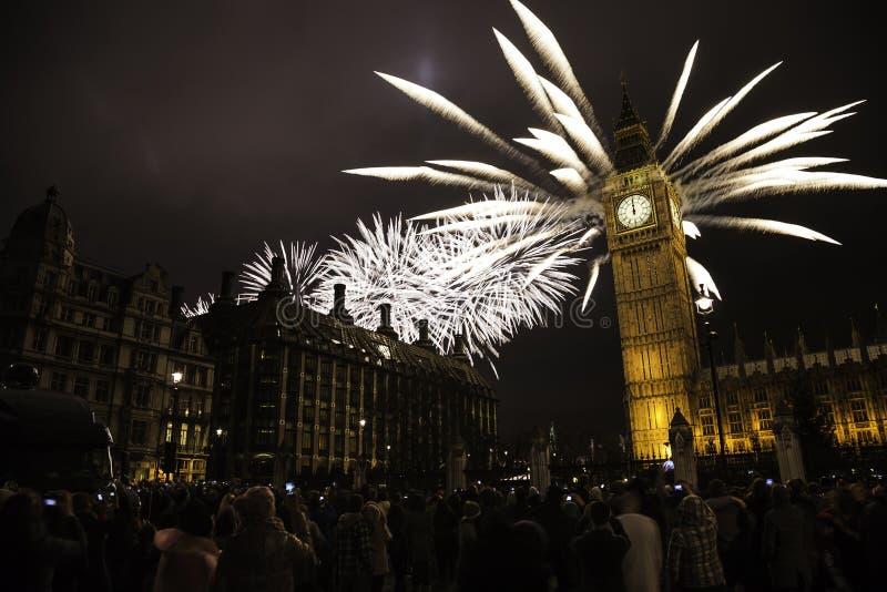 LE R-U - Événements - ` s Eve Fireworks de nouvelle année images libres de droits