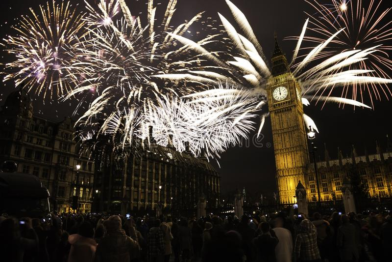 LE R-U - Événements - ` s Eve Fireworks de nouvelle année photo stock
