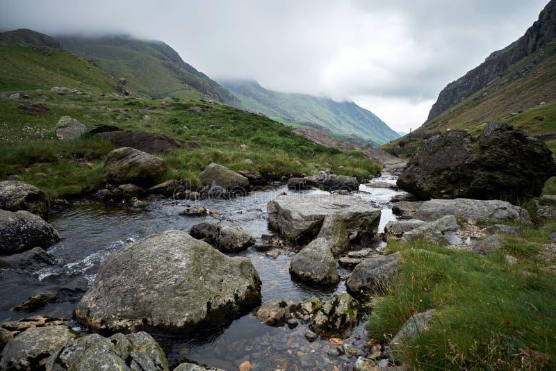 Le R-U, Pays de Galles, Snowdonia, passage de Llanberis, Pont, y, Gromlech, Peris d'Afon Nant, courant traversant la vallée image libre de droits