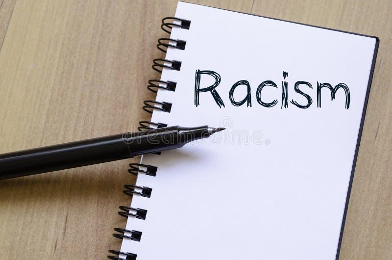 Le racisme écrivent sur le carnet images libres de droits
