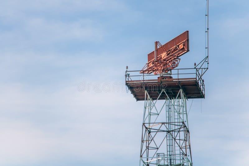 Le radar tourne sur la tour photos stock