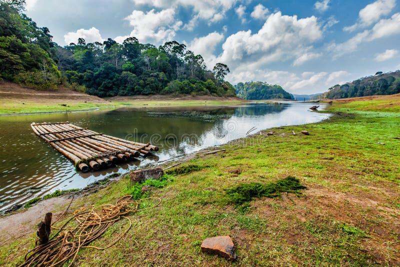 Le radeau bambou dans le refuge de la faune de Periayar, au Kerala, en Inde photos stock