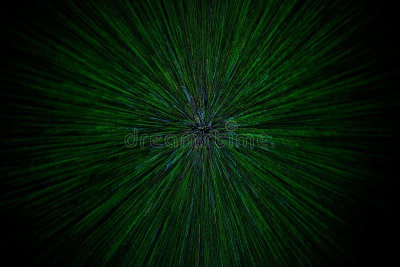 Le radial naturel d'explosion de bourdonnement de lentille a brouillé les particules vertes sur le fond noir avec le foyer sélect image libre de droits