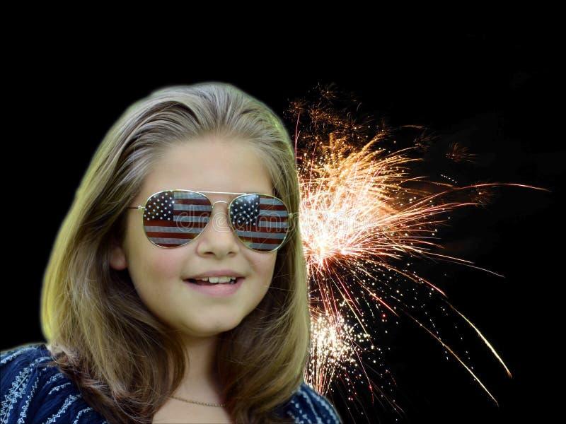 Le ragazze affrontano al cielo notturno di illuminazione di finale dei fuochi d'artificio immagini stock