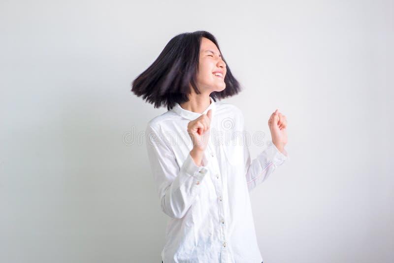 Le ragazze asiatiche che portano le camice bianche si sentono bene immagine stock