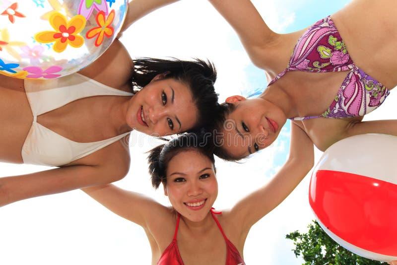 Le ragazze asiatiche hanno divertimento sotto il sole immagini stock libere da diritti