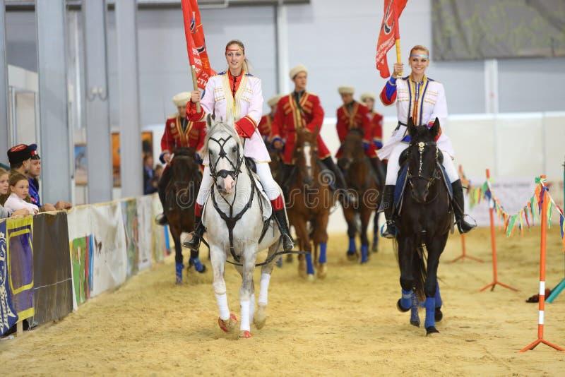 Le ragazze a cavallo nella manifestazione fotografie stock