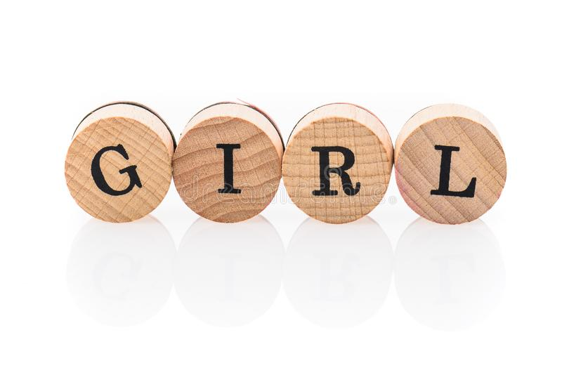 Le ragazze di parola dalle mattonelle di legno circolari con i bambini delle lettere giocano fotografia stock libera da diritti