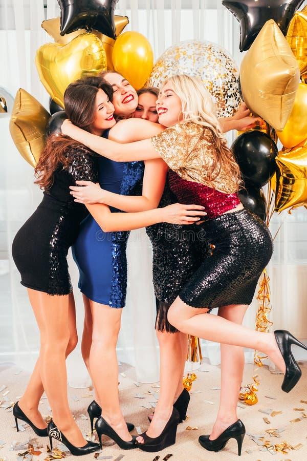 Le ragazze fanno festa abbracciare emozionale positivo felice immagini stock libere da diritti