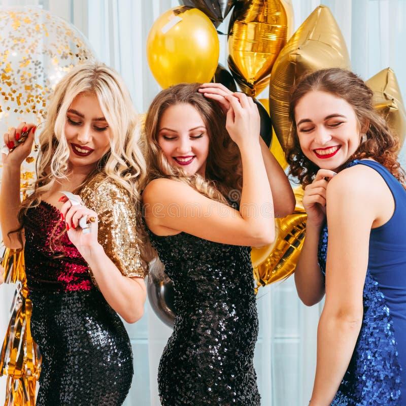 Le ragazze fanno festa ballare felice festivo del ritrovo dell'umore immagini stock