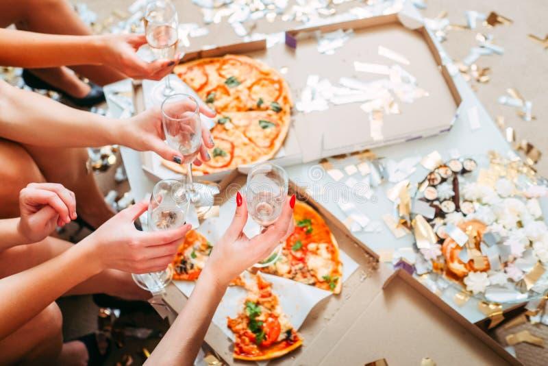 Le ragazze fanno festa bere della pizza del cibo della celebrazione immagini stock libere da diritti