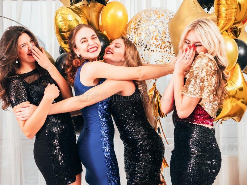 Le ragazze fanno festa la posa allegra dell'atmosfera positiva fotografia stock