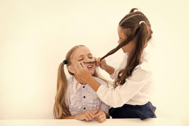 Le ragazze fanno i baffi con capelli lunghi Lets immagina che siate stato ragazzo Gioco allegro allegro di umore della ragazza co fotografia stock libera da diritti