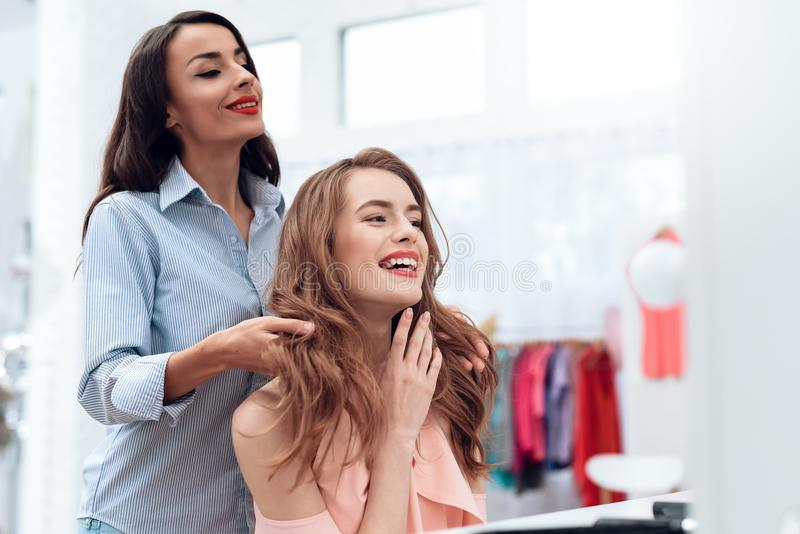 Le ragazze fanno i capelli che disegnano nella sala d'esposizione Le ragazze fanno i capelli che disegnano nella sala d'esposizio fotografia stock