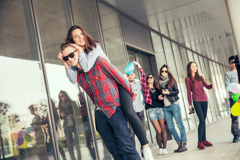 Le ragazze felici ed i ragazzi teenager che hanno buon divertimento cronometrano all'aperto fotografie stock libere da diritti
