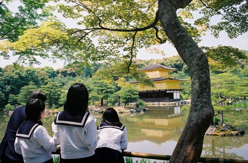 Le ragazze giapponesi della scuola fanno un viaggio ad un tempio a Kyoto fotografia stock libera da diritti