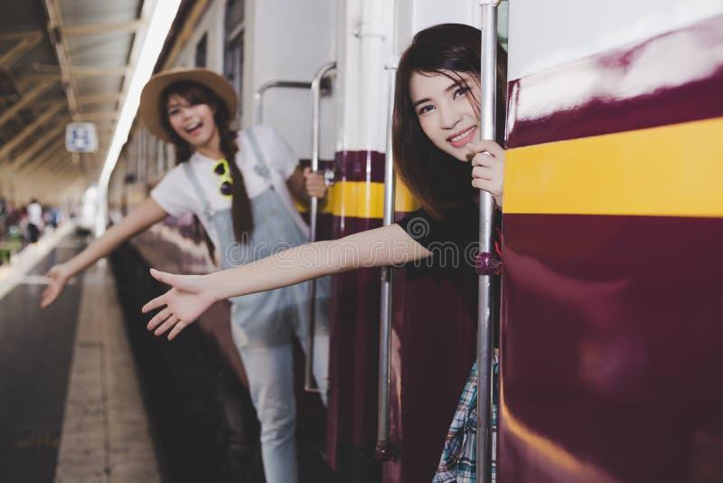 Le ragazze graziose sta ottenendo al treno d'annata Le belle donne è fotografia stock