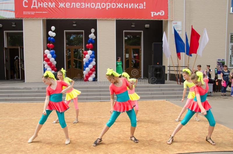 Le ragazze sorridenti in vestiti variopinti ballano sulla scena della via fotografia stock libera da diritti