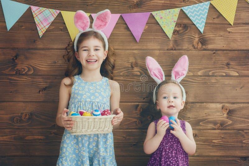 Le ragazze stanno tenendo il canestro con le uova fotografia stock