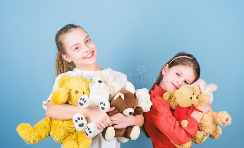 Le ragazze sveglie adorabili dei bambini giocano i giocattoli molli Infanzia felice Puericultura Sorelle gioco dei migliori amici immagine stock