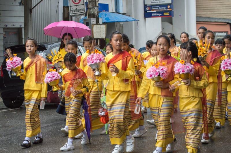 Le ragazze tailandesi tengono un'offerta e sfoggiate intorno alla città di Chiang Rai immagine stock
