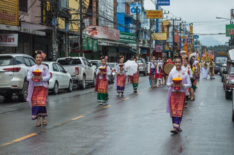Le ragazze tailandesi tengono un'offerta e sfoggiate intorno alla città di Chiang Rai fotografia stock