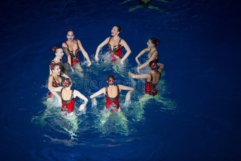 Le ragazze in un cerchio in stagno ai campioni olimpici di manifestazione fotografia stock
