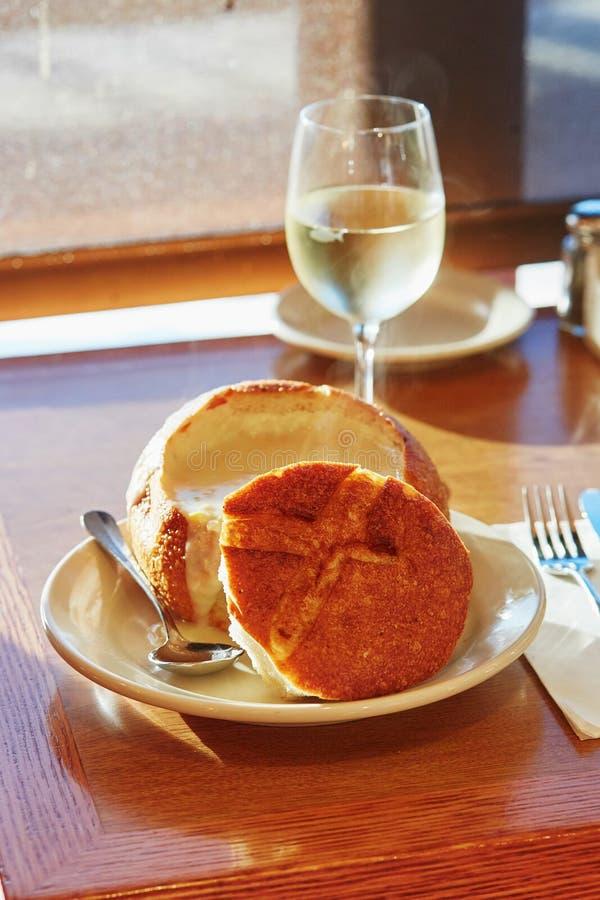Le ragout de palourde de San Francisco a servi dans un bol de pain images libres de droits
