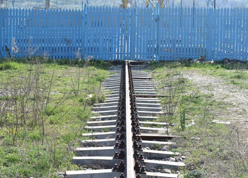 Le rail rouillé simple allant aux minerais extraient image stock