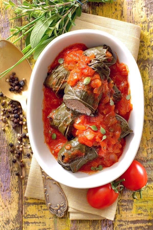 Le raisin cuit au four laisse des petits pains bourrés avec de la viande et le riz photos stock