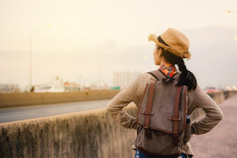 Le randonneur asiatique de femmes détendent le temps sur le mode de vie de hippie de vacances images libres de droits